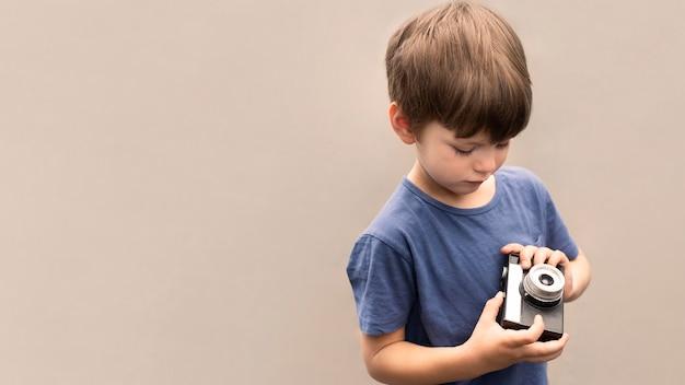 Mały chłopiec z aparatem