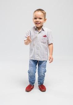 Mały chłopiec z deską klapy w studio