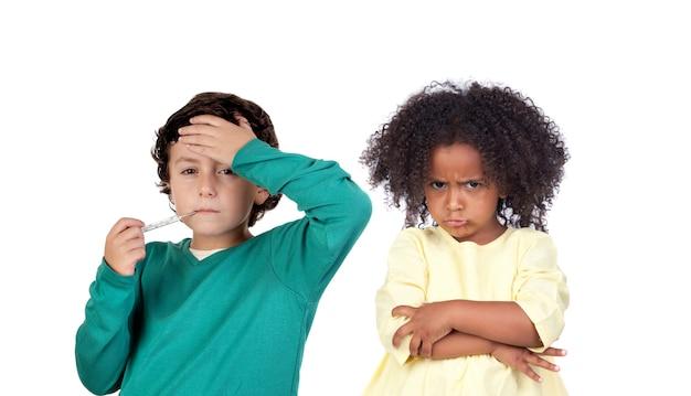 Mały chłopiec z gorączką i wściekłą dziewczyną