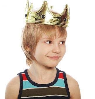 Mały chłopiec z koroną
