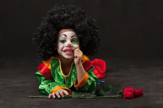 Mały chłopiec z makijażem klauna