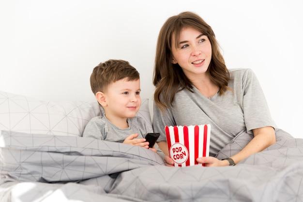 Mały chłopiec z mamą w łóżku
