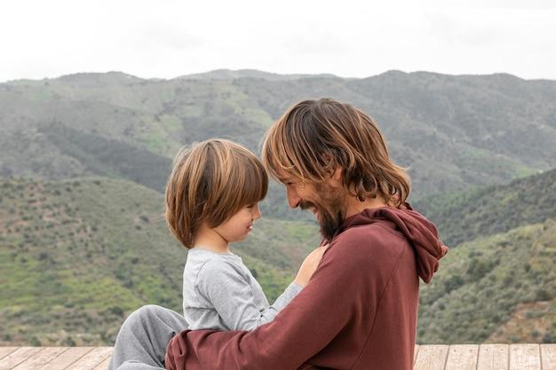 Mały chłopiec z ojcem