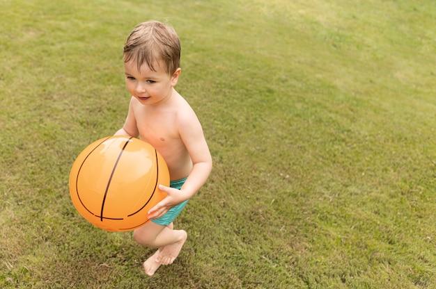Mały chłopiec z piłką