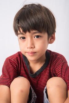 Mały chłopiec z portretem twarzy smutku
