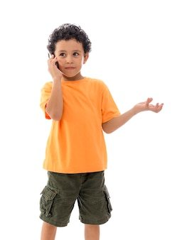 Mały chłopiec z telefonem komórkowym