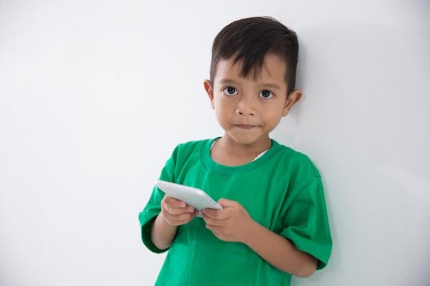Mały chłopiec z telefonu komórkowego