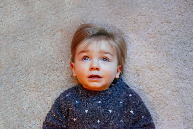 Mały chłopiec z wyrazem zaskoczenia w domu