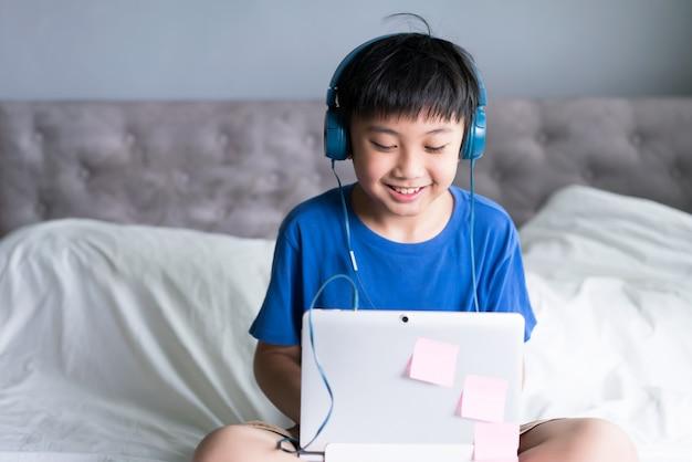 Mały chłopiec za pomocą laptopa do gier