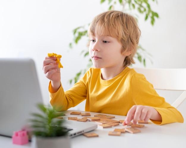 Mały chłopiec za pomocą laptopa w domu