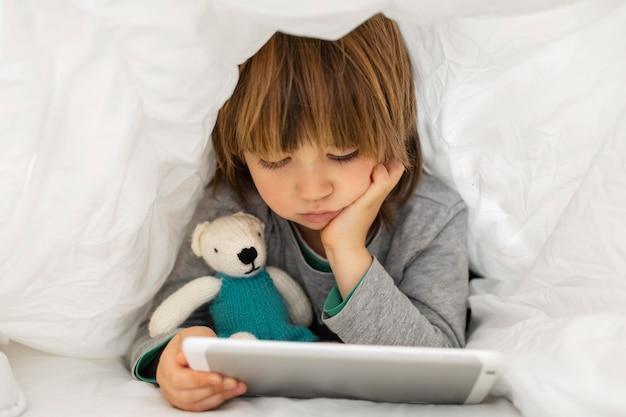 Mały chłopiec za pomocą tabletu