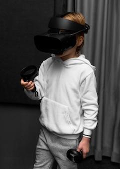 Mały chłopiec za pomocą zestawu słuchawkowego wirtualnej rzeczywistości