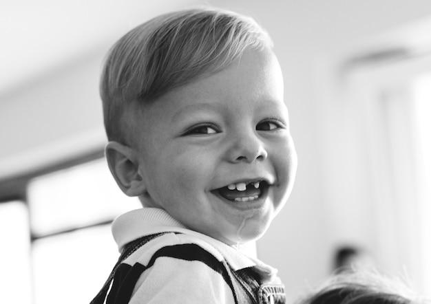 Mały chłopiec ze szczęśliwym uśmiechem