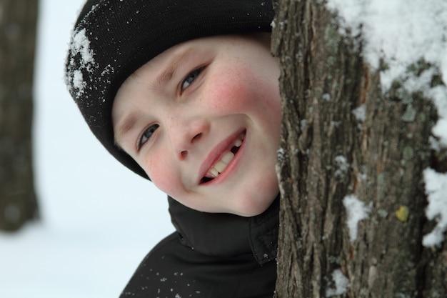 Mały chłopiec zimą