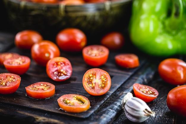 Mały czerwony pomidor używany jako składnik kulinarny w kuchni rustykalnej, pokrojony w plasterki ãƒâƒã'â ¢ ãƒâ'ã'â € ãƒâ'ã'â ‹ãƒâƒã'â ¢ ãƒâ'ã'â € ãƒâ'ă ã i pokrojone w kostkę pomidory