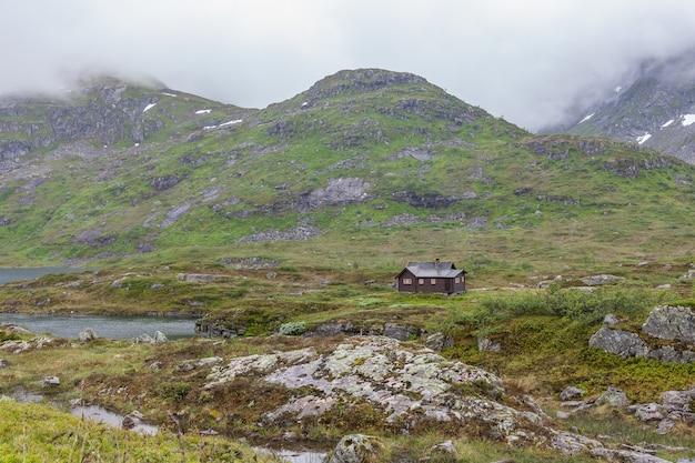 Mały dom na wzgórzu w norwegii.