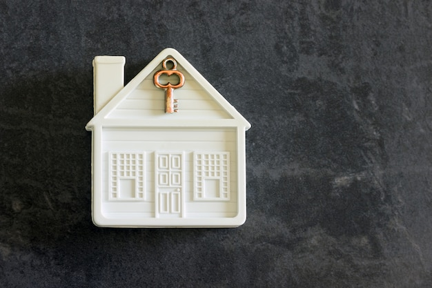 Mały dom zabaw z kluczem