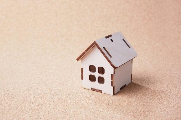 Mały domek zabawki na pokładzie korka. budowanie koncepcji domu