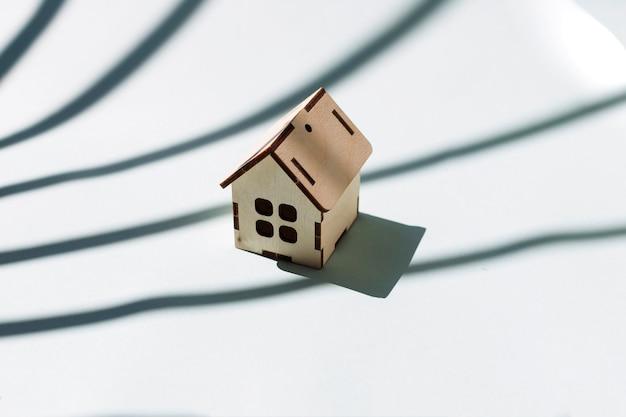 Mały drewniany dom na białym tle
