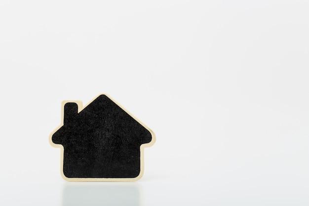 Mały drewniany dom na stole. koncepcja dla branży nieruchomości.