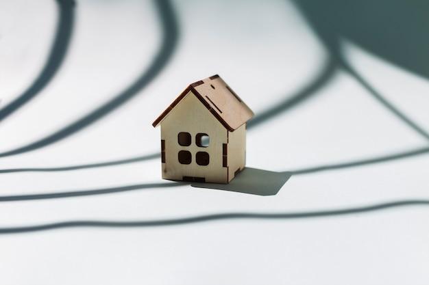 Mały drewniany domek na niebiesko z białym