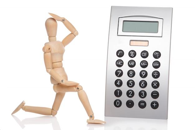 Mały drewniany manekin i kalkulator