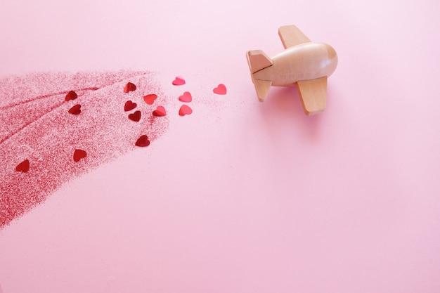 Mały drewniany zabawkowy samolot szczęścia z elementem valentine