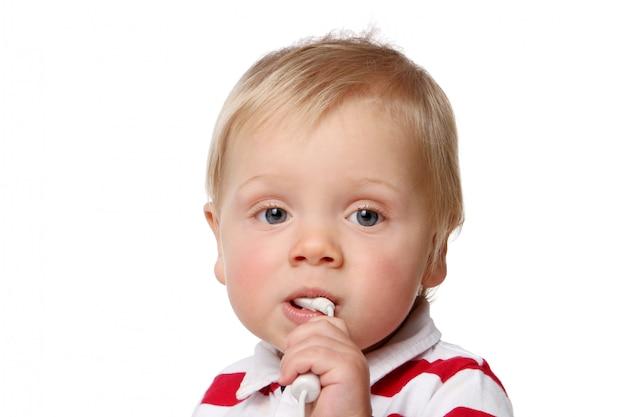 Mały, drobny dzieciak na białym tle
