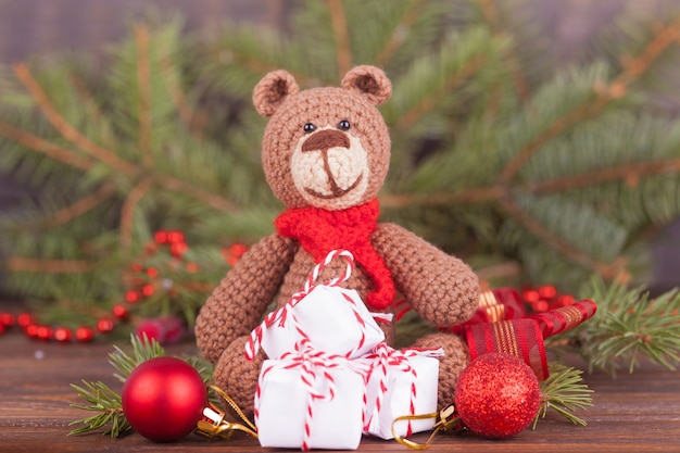 Mały dzianinowy miś, prezent noworoczny, symbol roku. świąteczny wystrój.