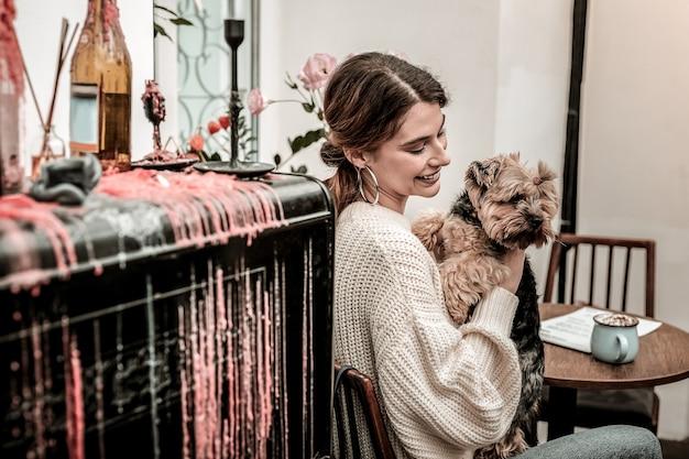 Mały i zabawny przyjaciel. kochanka trzymająca swojego śmiesznego małego psa