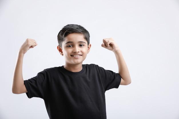 Mały indyjski / azjatycki chłopiec pokazujący postawę