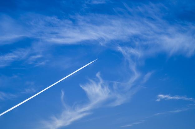 Mały jednosilnikowy samolot na niebie