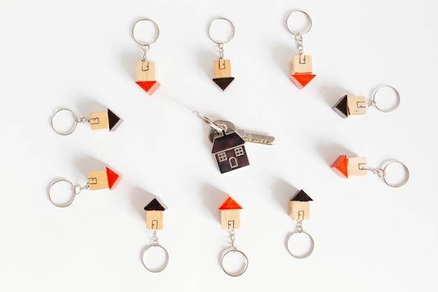 Mały klucz w drewnianych domkach bombki