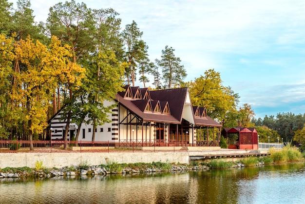 Mały kompleks hotelowy w lesie składający się z kilku domów w sosnach nad brzegiem rzeki. wakacje turystyczne