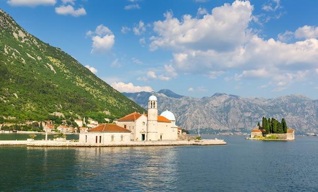 Mały kościół na wyspie na morzu, czarnogóra