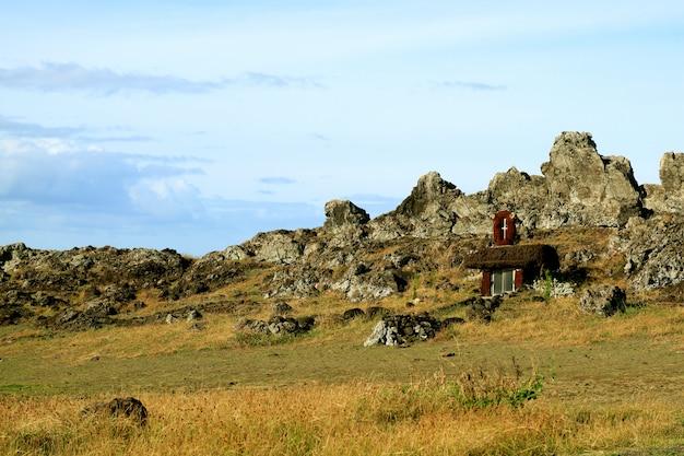 Mały kościół ozdobiony petroglifem zbudowany na zboczu skalistego wzgórza, wyspa wielkanocna, chile