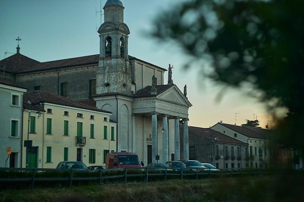 Mały kościół w lendinara, małej wiosce w veneto, włochy, o zachodzie słońca.