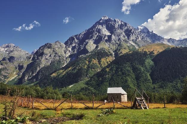 Mały kościół w polu w wysokich górach