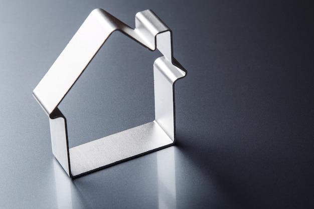 Mały metaliczny dom