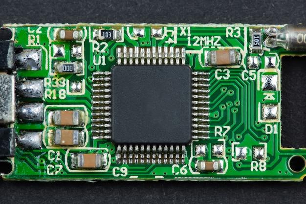 Mały mikroczip z pendrive'a z bliska na czarnej powierzchni