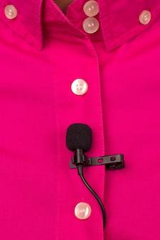 Mały mikrofon pojemnościowy do nagrywania głosu dołączony wi