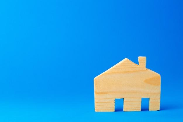Mały model domu zabawki wyrzeźbiony z drewna z bliska