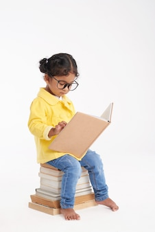 Mały mól książkowy zawinięty w czytanie