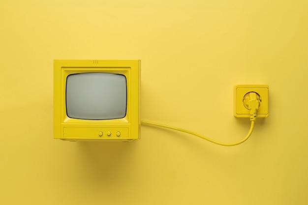 Mały monitor retro szary na białym tle na białym tle. wyposażenie retro.