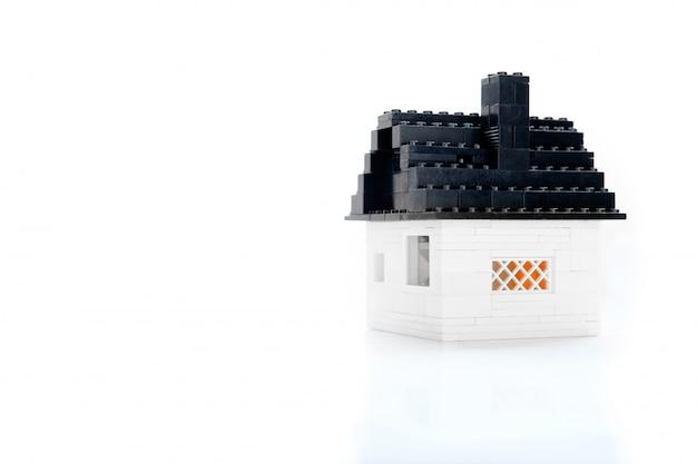 Mały murowany dom z zabawkami
