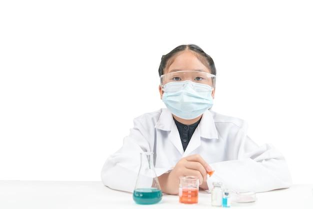 Mały naukowiec ze szkła i kolby erlenmeyera na białym tle