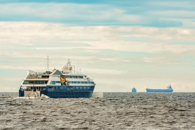 Mały niebieski statek pasażerski pływający po morzu bałtyckim. usługi uzdrowiskowe