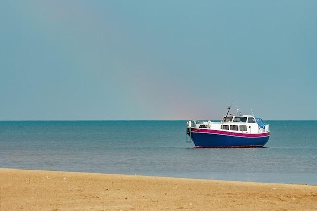 Mały niebieski statek pasażerski zacumowany w zatoce morza bałtyckiego