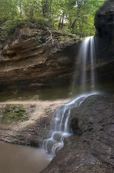 Mały niewyraźny wodospad