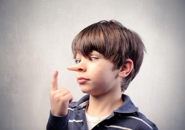 Mały nos chłopca rośnie